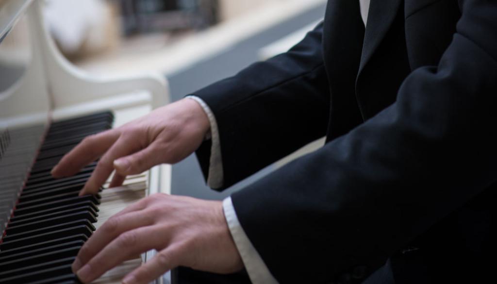 Fingre på piano