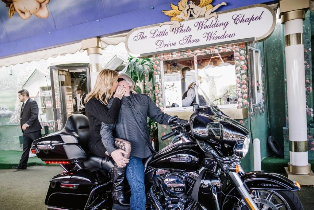"""""""Drive thru""""-bryllup med Steven og Jeannie på en Harley Davidson motorsykkel , ved """"A Little White Wedding Chapel"""" på 2015 ."""
