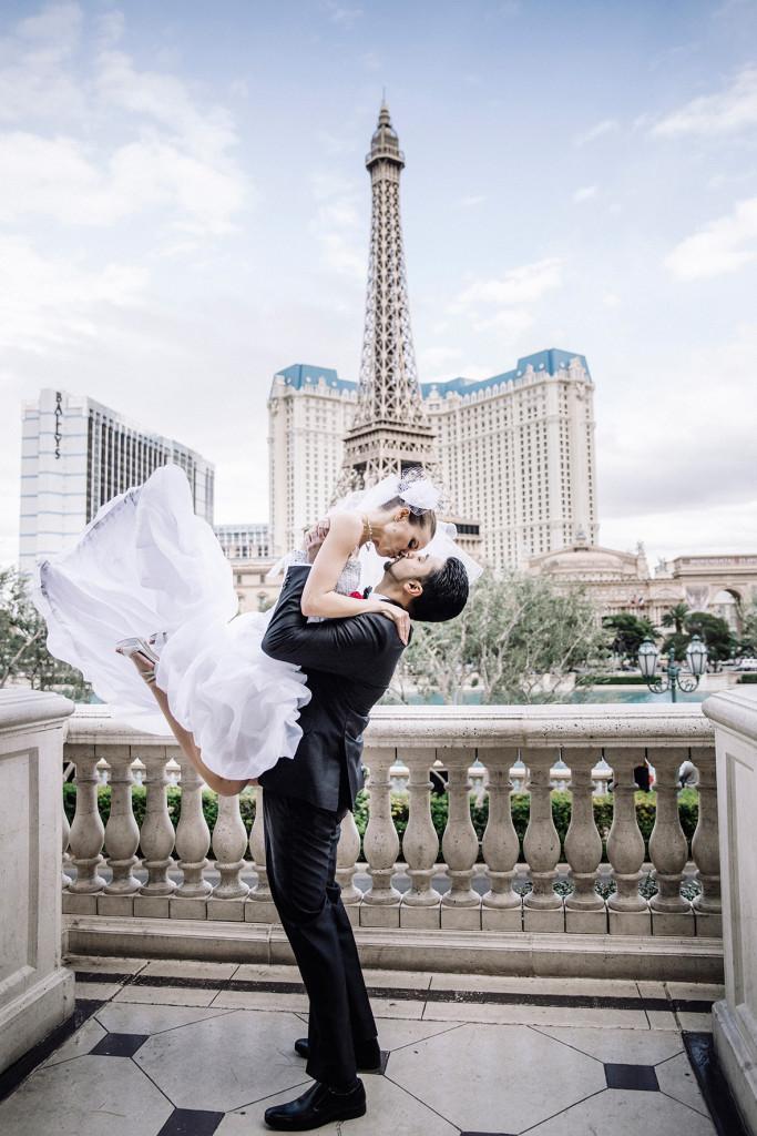 Anastasija og Walid giftet seg i Las Vegas i februar i år. Her er de fotografert på balkongen på Hotel Bellagio med Eiffeltårnet i Paris Hotell i bakgrunnen.