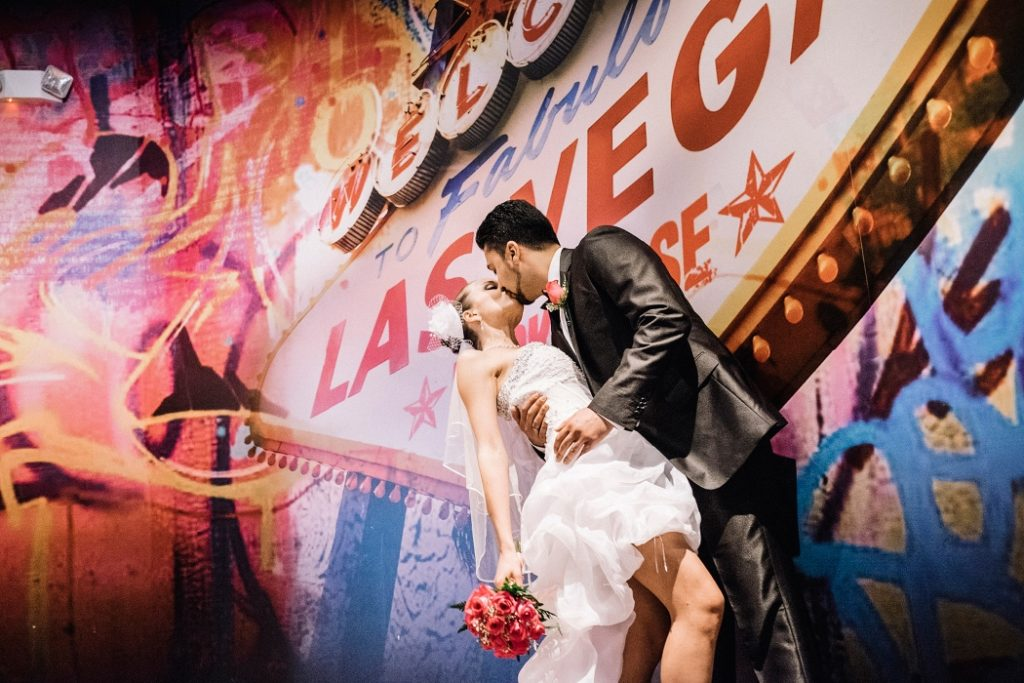 Brudepar kysser i et Las Vegas tema bryllup