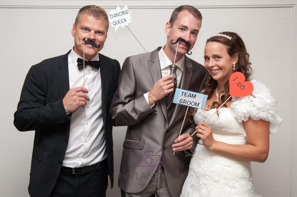 Thomas tar et morsomt bilde sammen med et av brudeparene han har vert toastmaster for