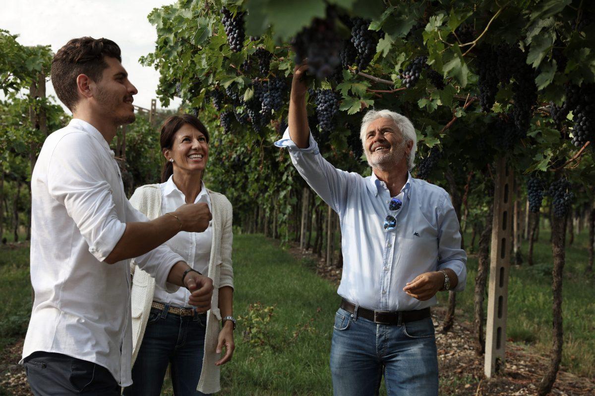 Riccardo Degani og Luciano Sancassani er ute og inspiserer vindruene i på sin store flotte vingård