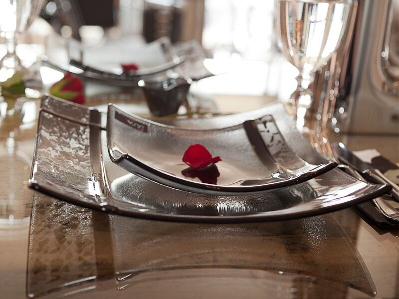 Oppdekket bord med tallerken fra Ikra