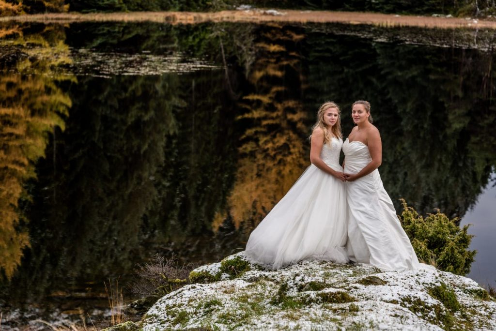 Vakkert Brudepar med 2 damer i vakker Norsk natur.